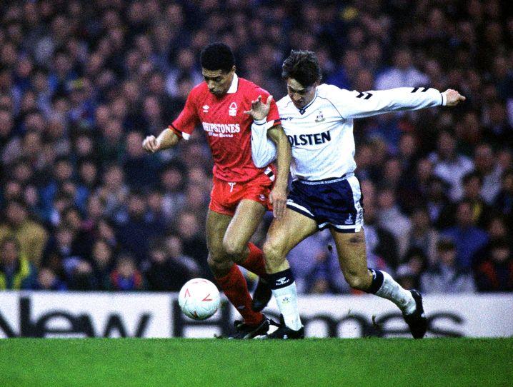 Des Walker (Nottingham Forest) und Gary Lineker (re., Tottenham Hotspur) 1990