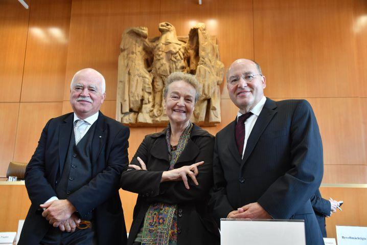 Erfolglose Kläger Gauweiler, Däubler-Gmelin, Gysi (v.l.)