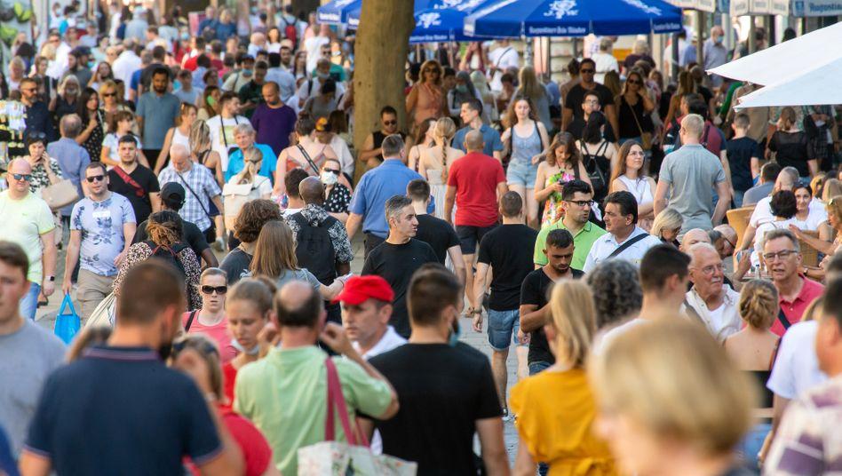 Passanten in der Kaufinger Straße in München (Ende August): Deutsche erwarten keine strukturelle Wirtschaftskrise