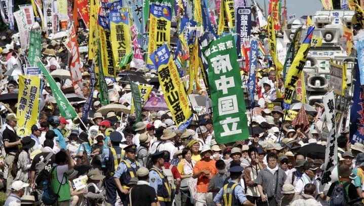 """Demonstration in Tokio: """"Wir brauchen keine Atomenergie!"""""""