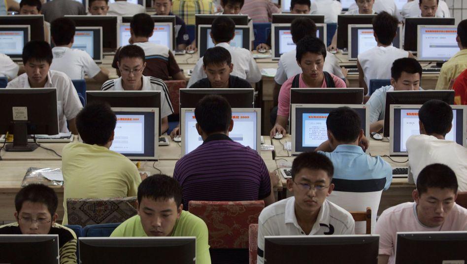 Nutzer in einem chinesischen Internetcafé: Der Staat sieht jedes Video zuerst