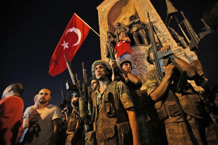 Türkische Soldaten während des Putschversuchs: Das macht es für die Regierung einfach, Kritiker anzuklagen