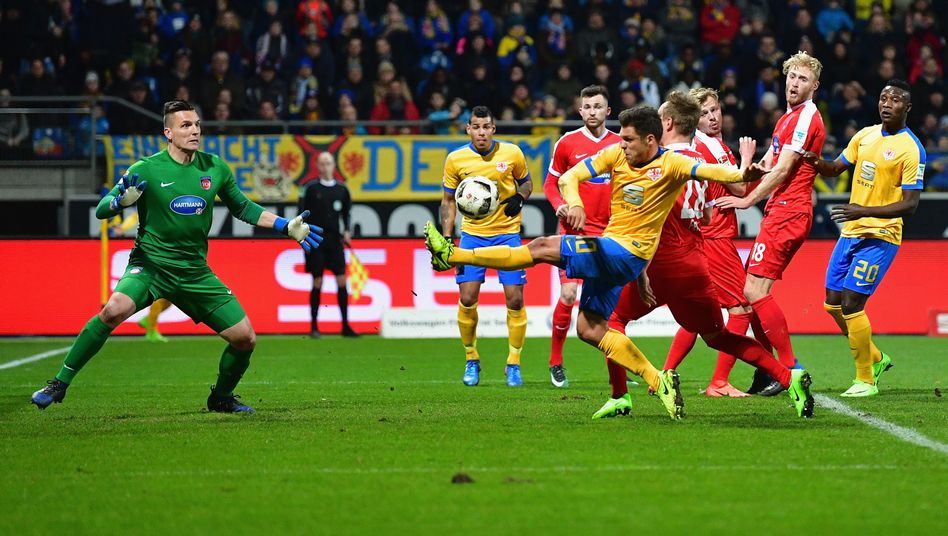 Braunschweigs Mirko Boland trifft zum 1:1
