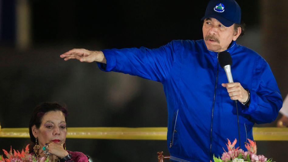 """Herrscherehepaar Murillo, Ortega (bei der Einweihung einer Straßenüberführung in Managua 2019): »Ortega benutzt das ganze Arsenal der Repression"""""""