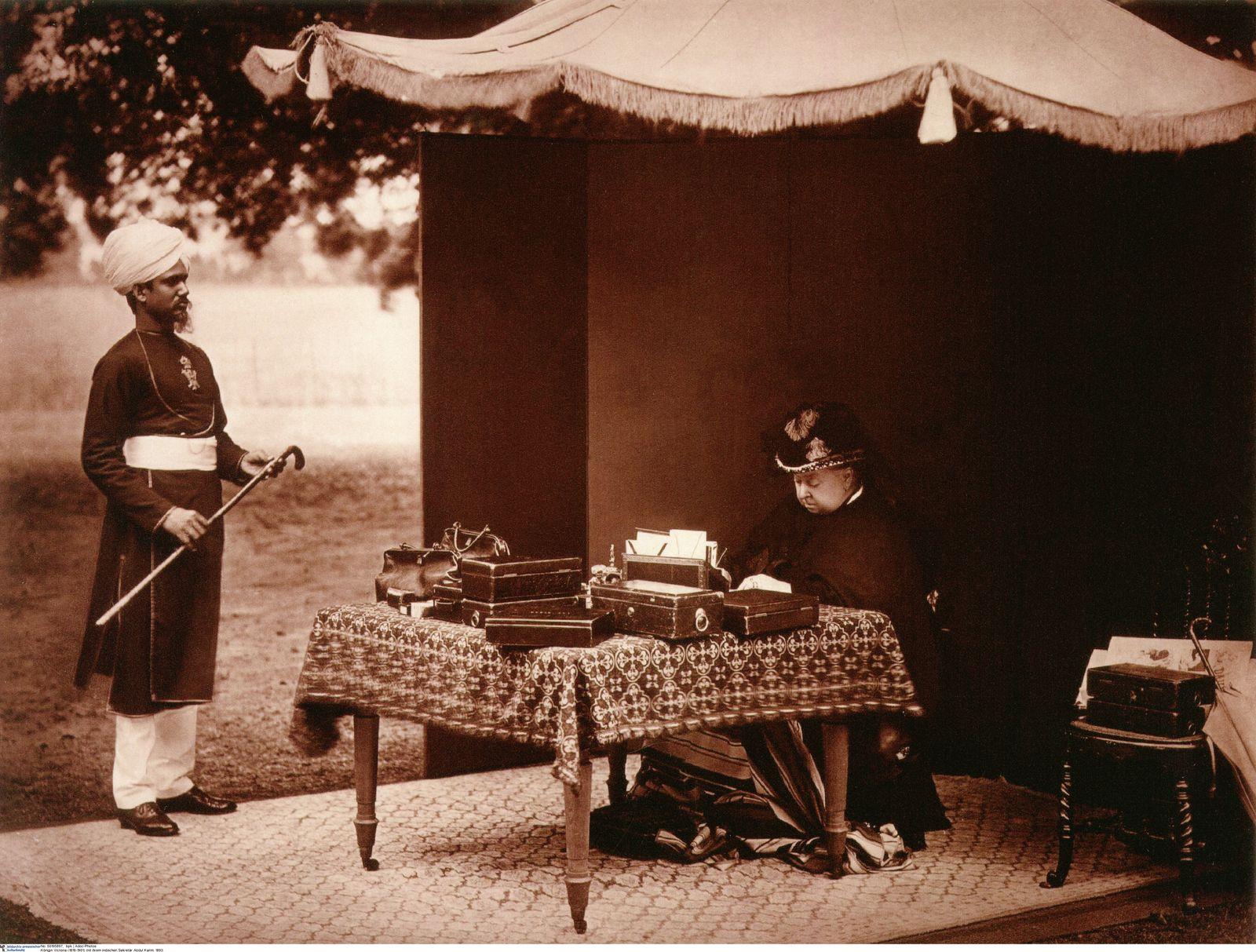 Königin Victoria (1819-1901) mit ihrem indischen Sekretär Abdul Karim. 1893.