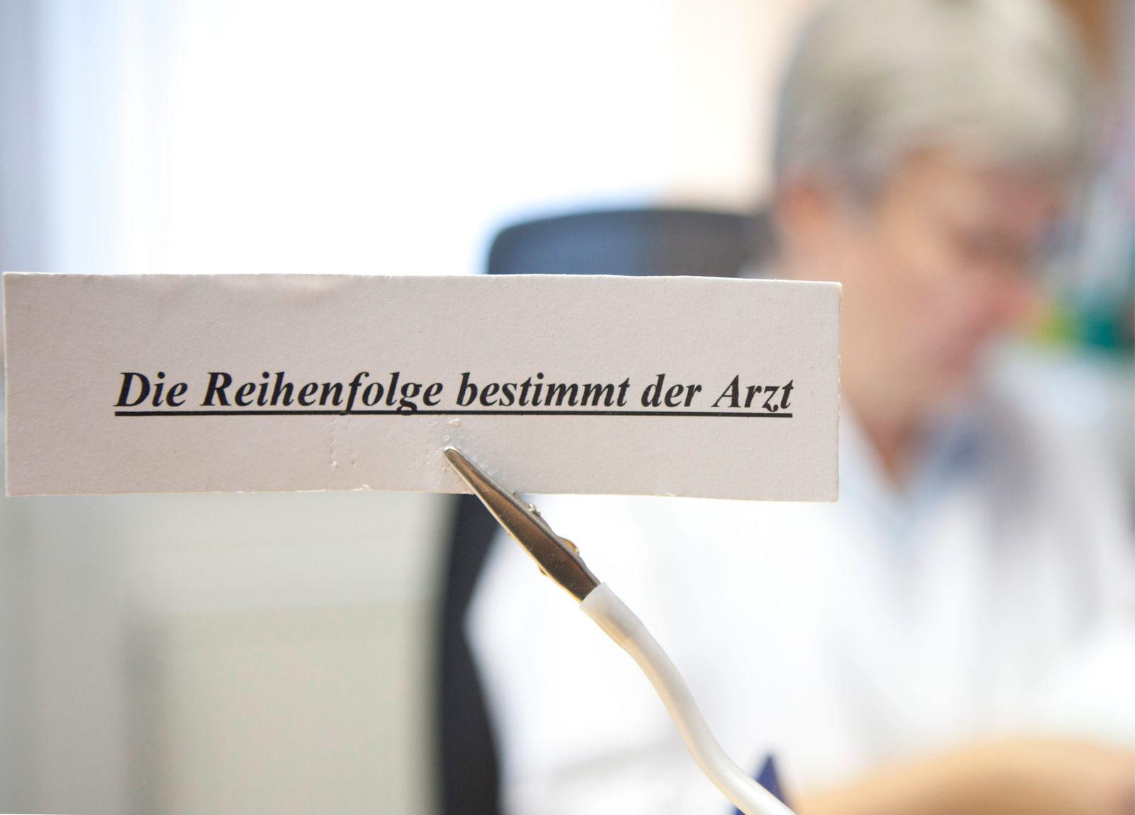 Augenarzt wehrt sich gegen Zwangszuweisung von Patienten