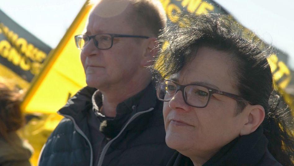 Missbrauchsüberlebender Bernd und seine Frau Britta auf einer Demonstration in Rom
