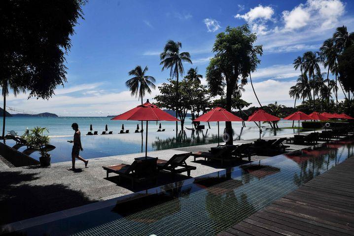 Einsamer Tourist in einem Resort auf der Insel Phuket im September 2020
