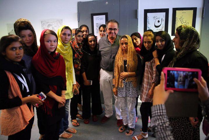 Yiannis Mouzalas (m.) mit Flüchtlingen aus Afghanistan