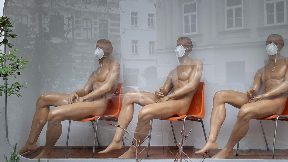 Schaufensterpuppen mit Masken: Eine Zeit der politischen Demaskierung