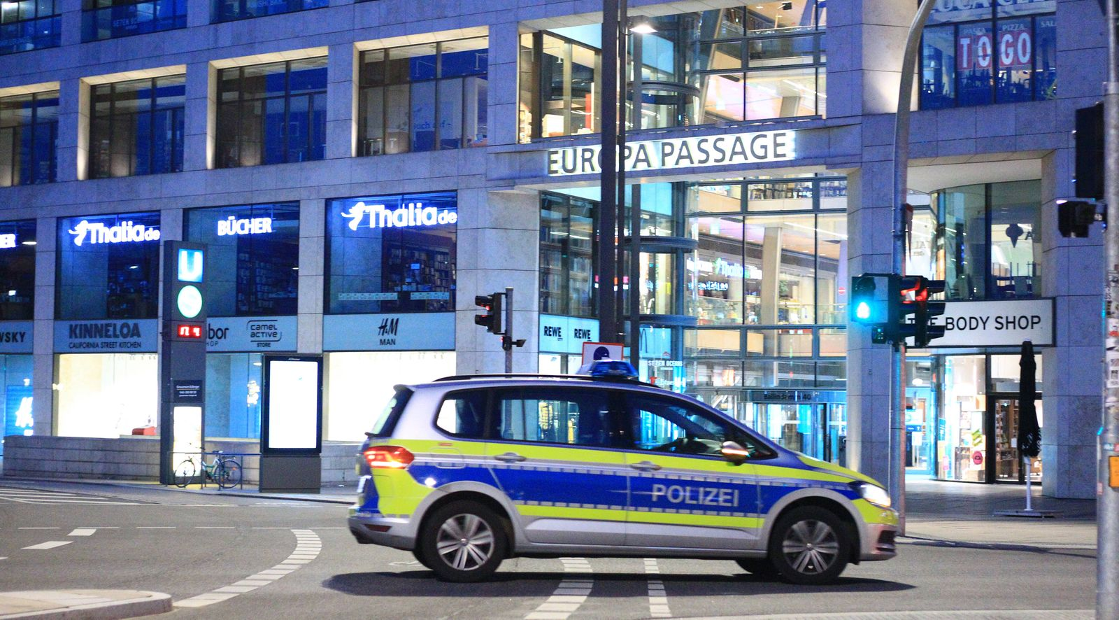 Menschenleere Hamburger Innenstadt während der Ausgangssperre. Innenstadt Hamburg *** Deserted Hamburg city centre duri