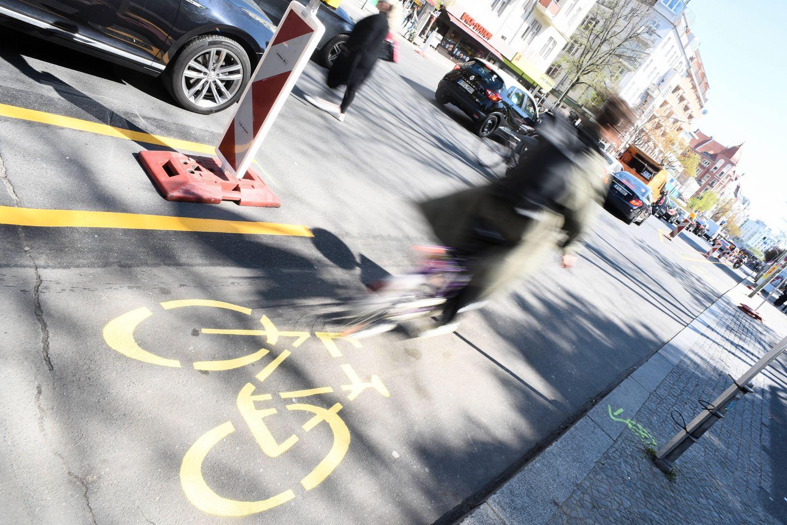 Angesichts des wegen des Corona-Shutdowns verringerten Autoverkehrs haben einige Berliner Bezirke Fahrradstreifen zun‰ch