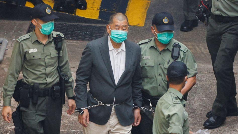 Jimmy Lai in Handschellen: Vor gut drei Wochen wurde der regierungskritische Medienunternehmer in Hongkong festgenommen