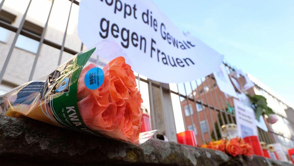 Kerzen, Blumen und Plakate am 25.11.2016 in Hameln