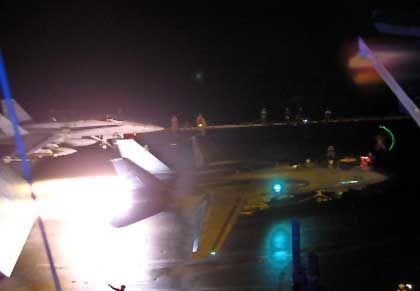 "F-18-Kampfflugzeuge starten vom Flugzeugträger ""USS Enterprise"" Richtung Afghanistan"