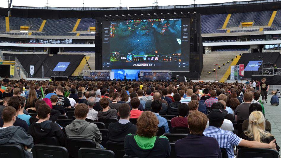 """ESL-Event im Frankfurter Fußballstadion: Bei E-Sports-Turnieren wird oft vor Tausenden Zuschauern um hohe Preisgelder gespielt - hier läuft """"Dota 2"""""""