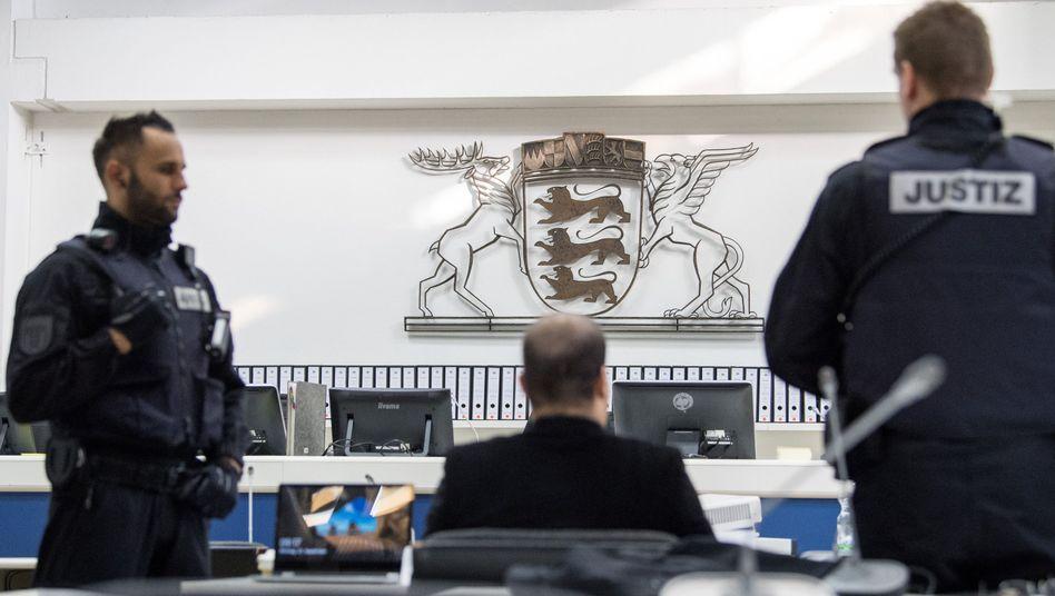 Einer der Angeklagten zu Prozessauftakt in Stuttgart