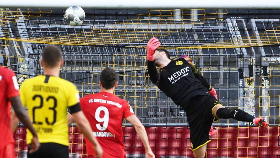 BVB-Torhüter Roman Bürki scheitert bei der Abwehr des Kimmich-Lupfers