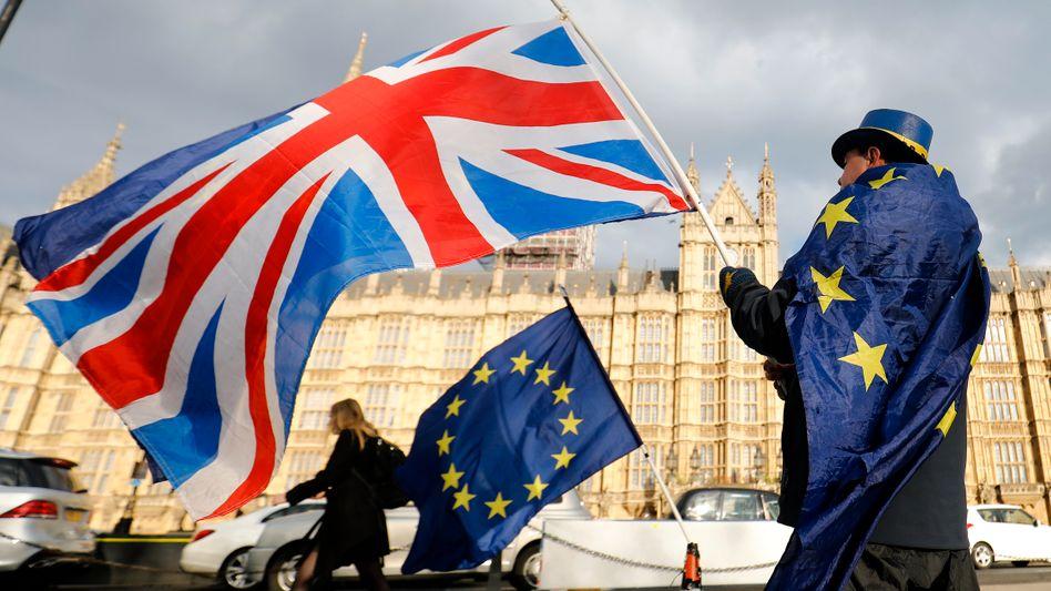 Britische Flagge vor dem Parlament in London (Archiv)