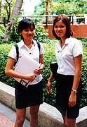 An der Bangkok-Uni trägt man aparte Uniformen spazieren