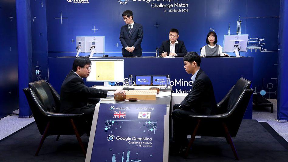 Koreanischer Go-Spieler Lee Sedol (rechts) beim DeepMind-Match