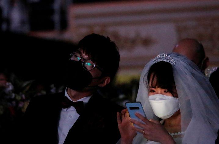 Ein Paar in Südkorea trägt Schutzmasken auf seiner Hochzeit: In dem Land gab es bislang nur wenige Infektionsfälle