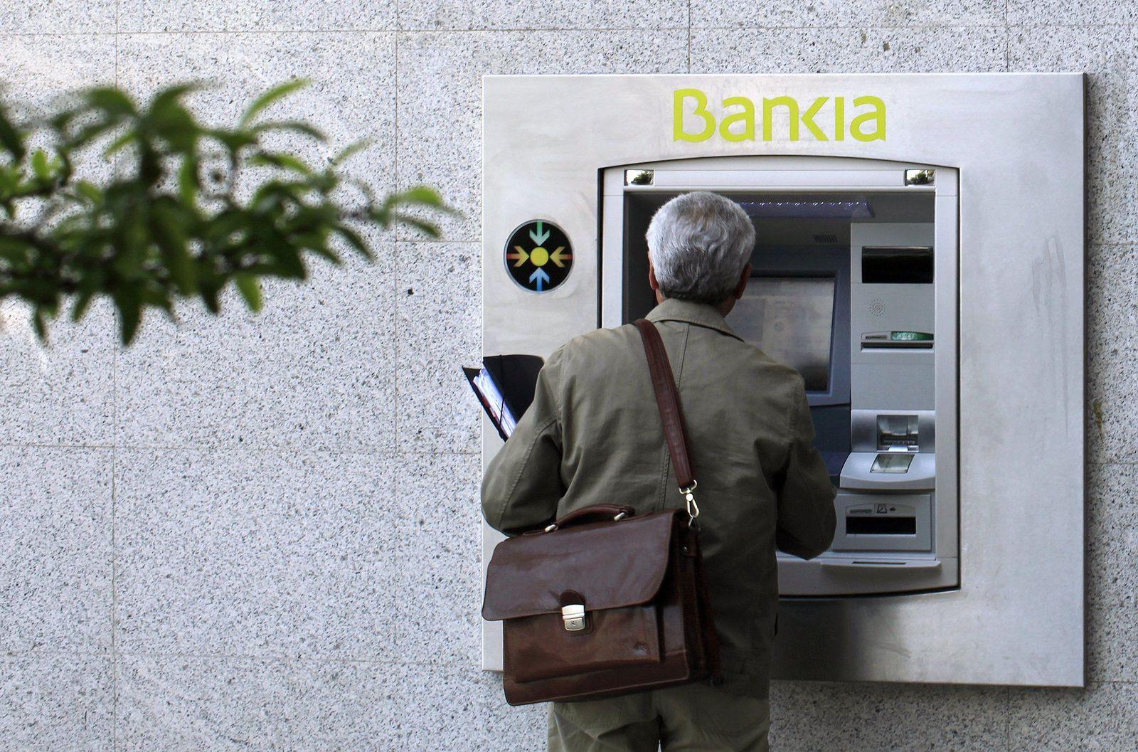 Bankia-Kunde am Geldautomaten