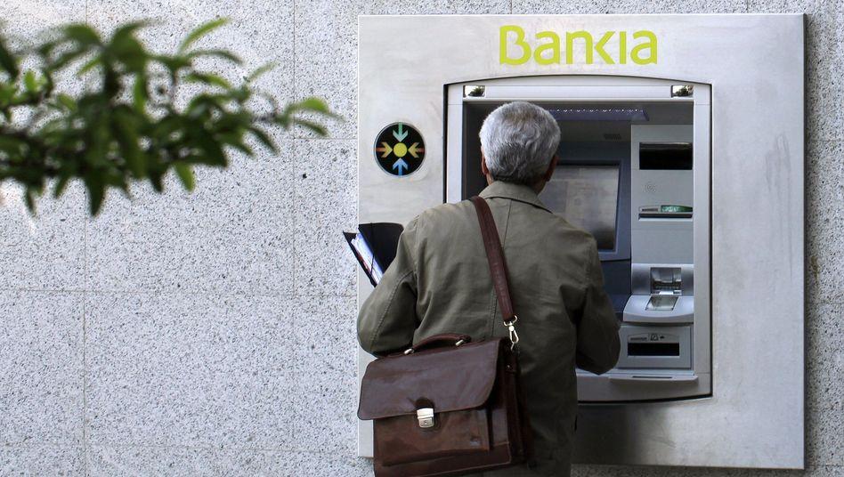 Bankia-Kunde am Geldautomaten: Es geht um ein Zehntel der Guthaben