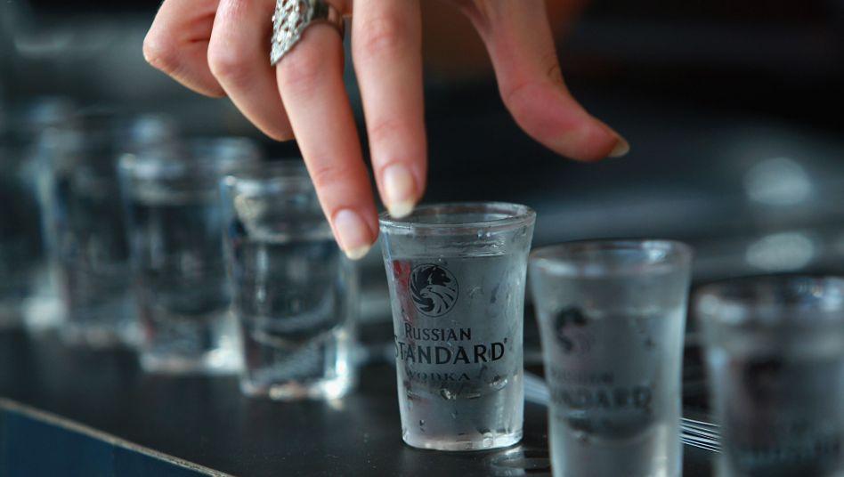Wodka (Symbolbild): Tausende Liter unter Grenzfluss durchgepumpt