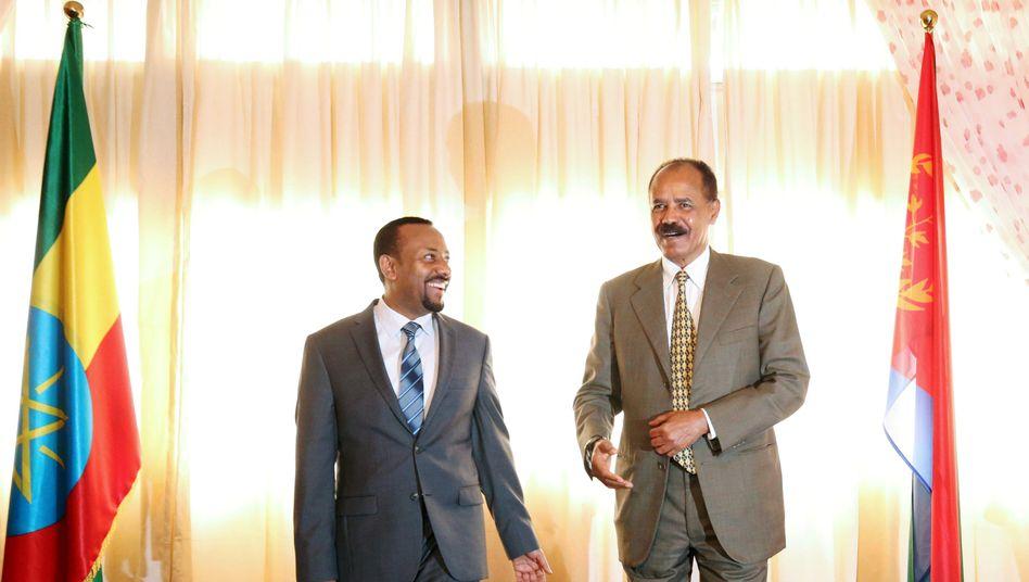 Präsident Isayas Afewerki (r.) und Premier Abiy Ahmed in Addis Abeba