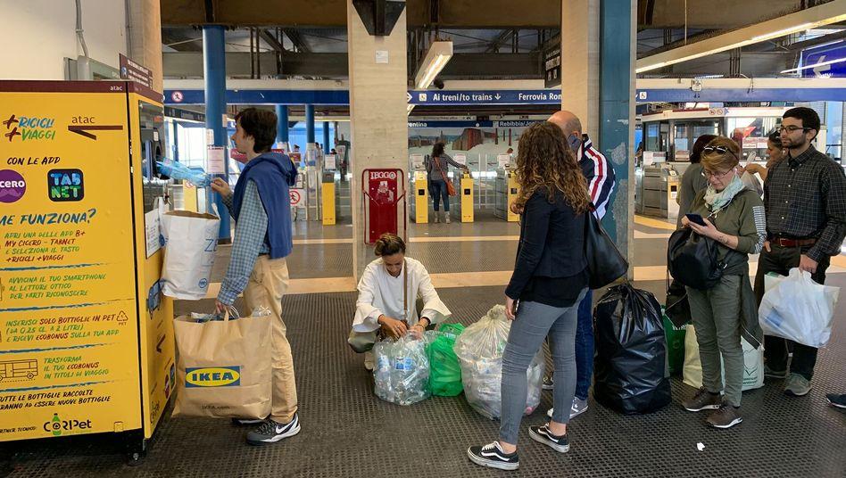 In Rom tauschen Fahrgäste alte Plastikflaschen gegen U-Bahn- und Bustickets ein