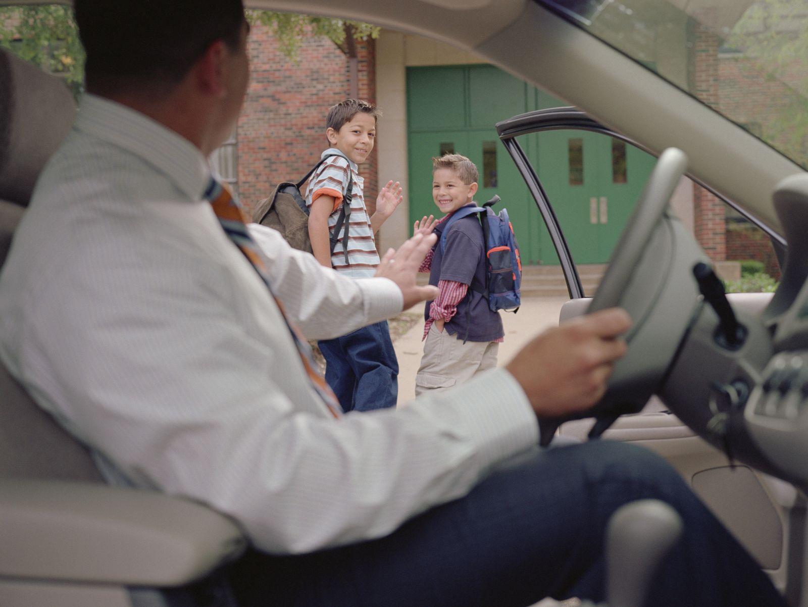 EINMALIGE VERWENDUNG Vater bringt Kinder zur Schule