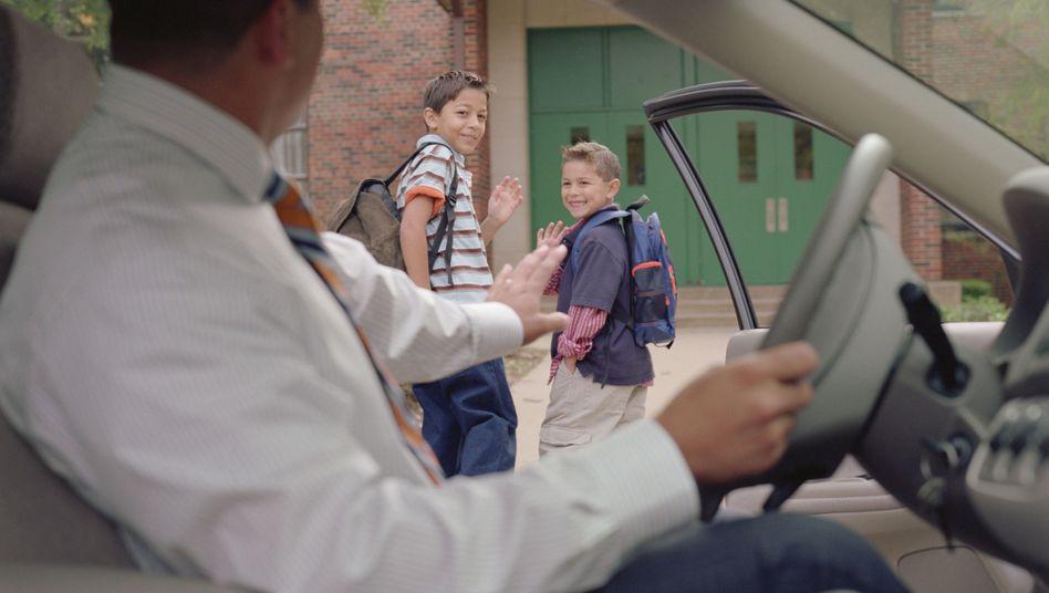 Vater und Kinder vor Schule
