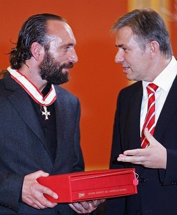 Berlin Mayor Klaus Wowereit (r) awards the medal to Thomas Dörflein Monday.