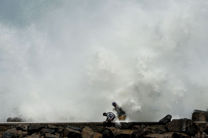Männer in einem Fischereihafen der indischen Metropole Chennai: Die Intensität der Wirbelstürme nimmt zu