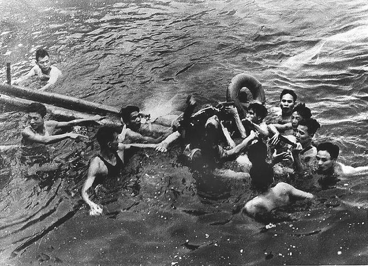 John McCain bei seiner Gefangennahme in Nordvietnam (1967)