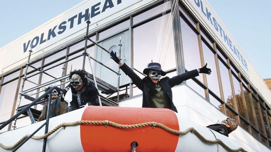Theaterprobe vor dem Volkstheater Rostock