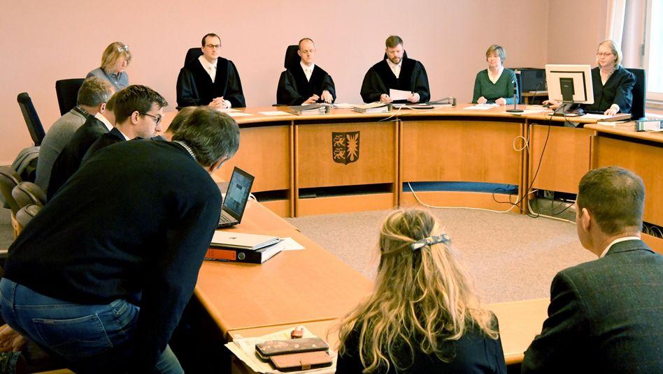 Angeklagte, Anwälte und Richter im Landgericht