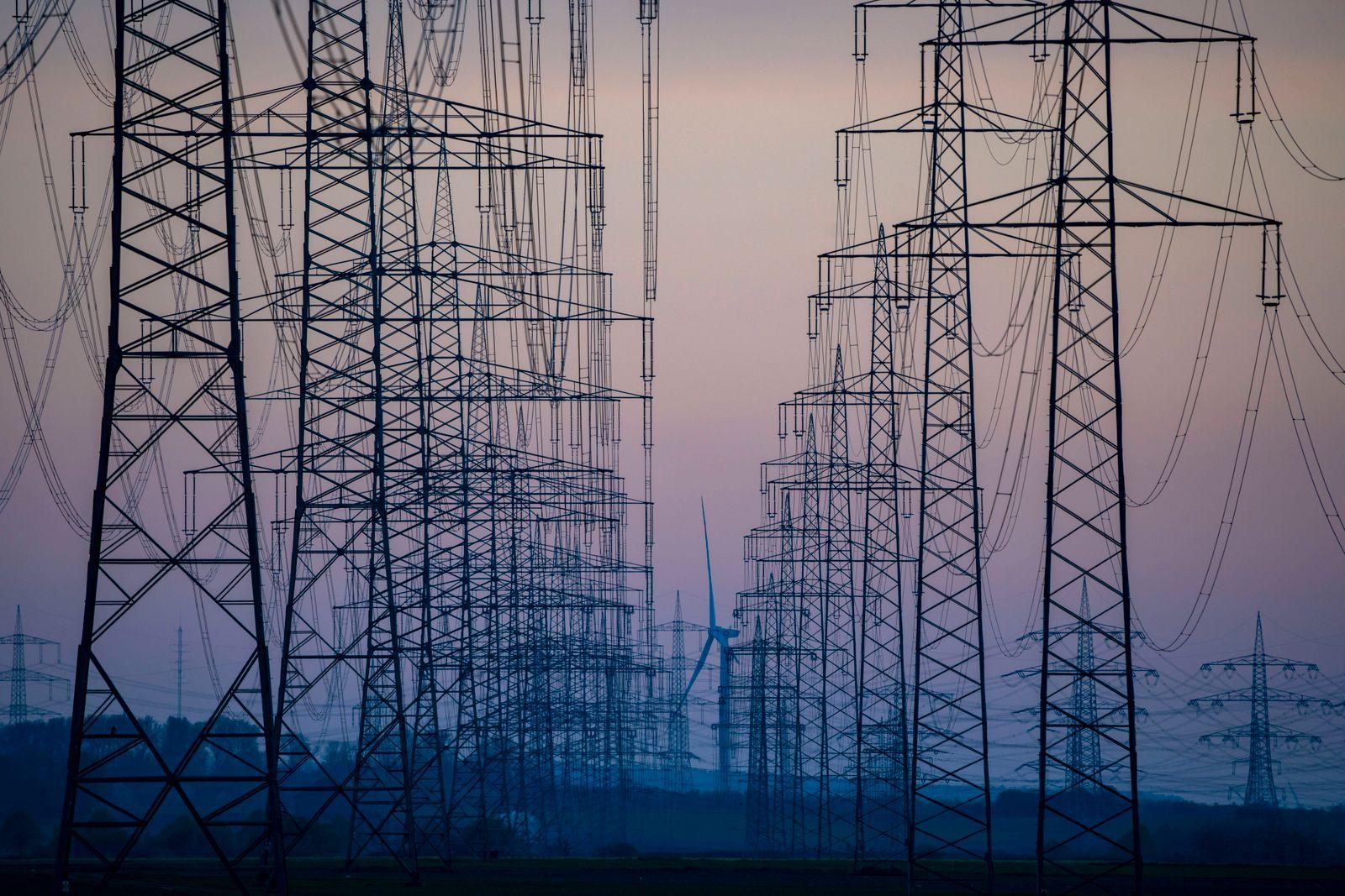 Höchstspannungsleitungen, 380 KV, Stromtrasse, Windrad, der Strom kommt aus dem Rheinischen Braunkohlerevier, beim Kraf