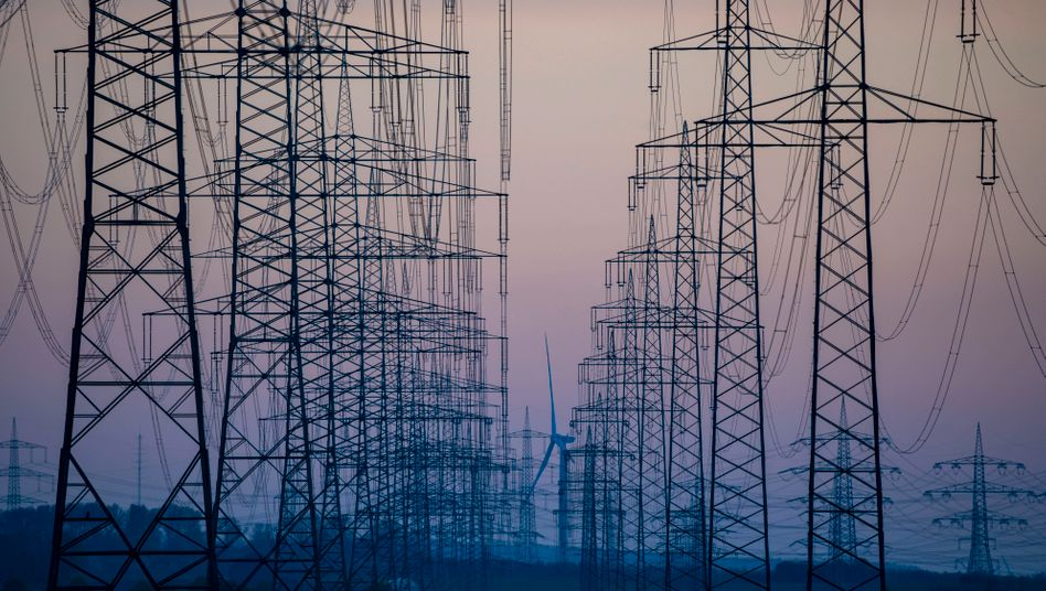 Stromleitungen in Deutschland (Symbolbild): Die Energiepreise in der Eurozone waren im Mai zwölf Prozent niedriger als im Vorjahr