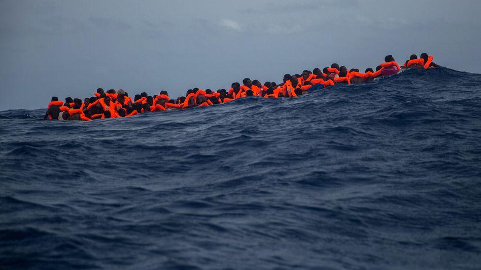Migranten am 25.07.2017 auf dem Mittelmeer vor Sabratha, Libyen