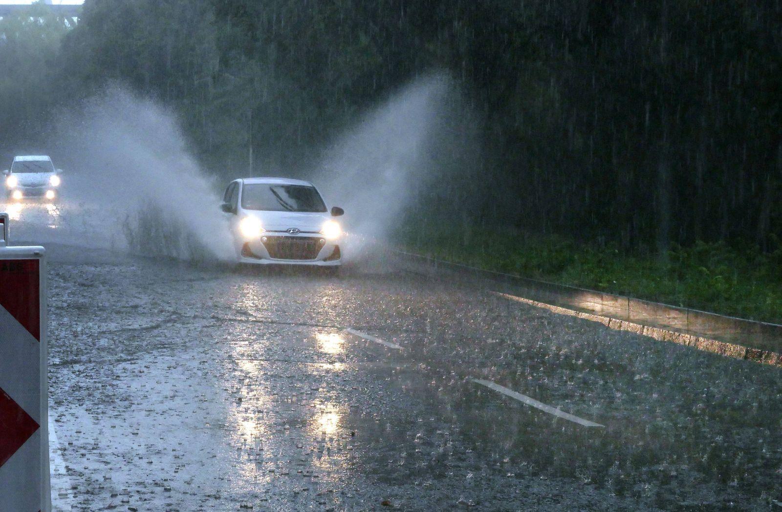 Berlin - Deutschland. Ein heftiges Unwetter mit Starkregen geht nieder, Autos fahren durch riesige Lachen. *** Berlin G