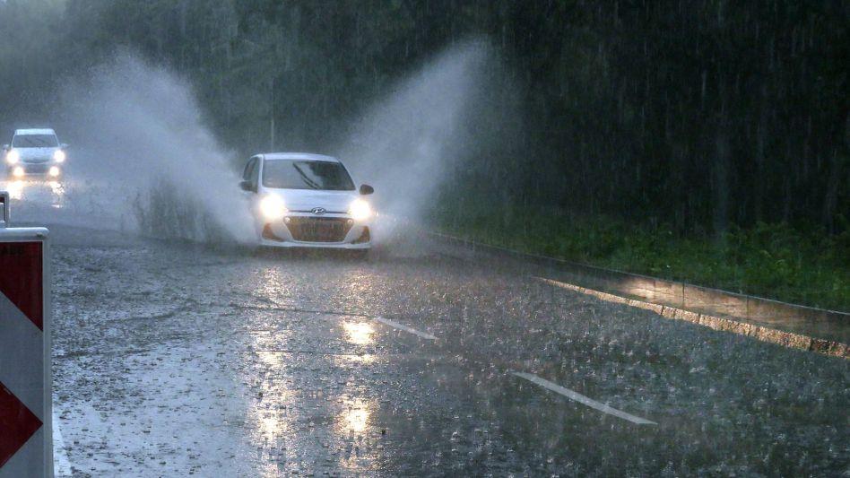Überflutete Straße in Berlin: Heftiges Unwetter mit starkem Regen