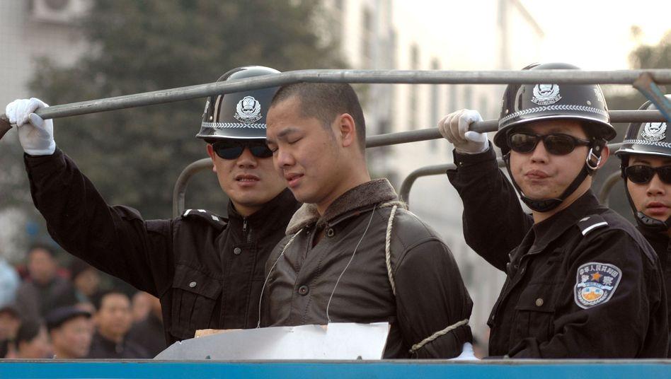 Chinesische Polizisten bringen Verurteilten zur Exekution: Vielen Hingerichteten werden Organe entnommen