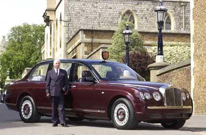 Der Chauffeur startbereit vor dem neuen Bentley der Königin