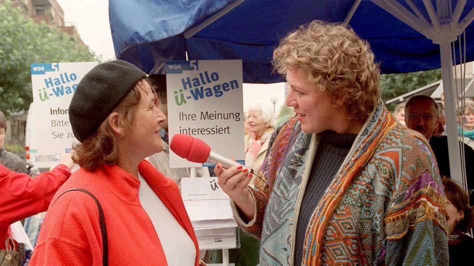 """""""Hallo-Ü-Wagen"""": WDR-Moderatorin Julitta Münch (r.) im Gespräch mit einer Frau aus dem Publikum, die Aufnahme stammt aus dem Dezember 1999"""