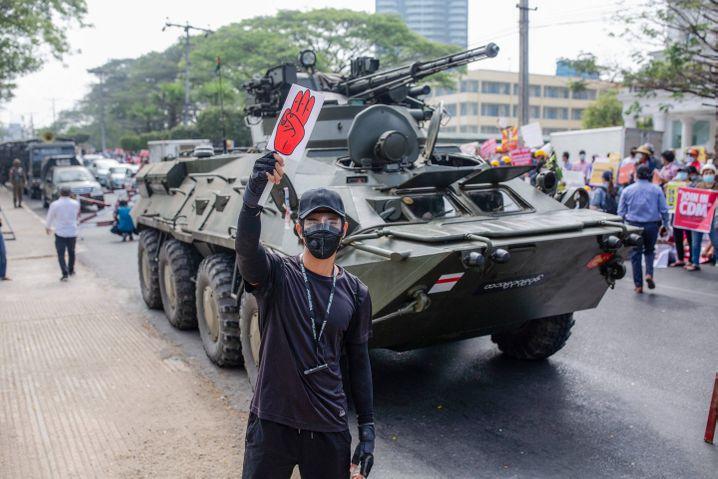 Demonstrant vor einem Panzer des Militärs in Yangon