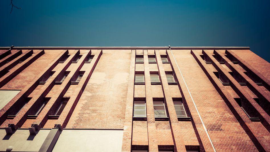 Backsteingebäude speichern die Wärme von Sonnenlicht und sorgen für heiße Sommernächte.