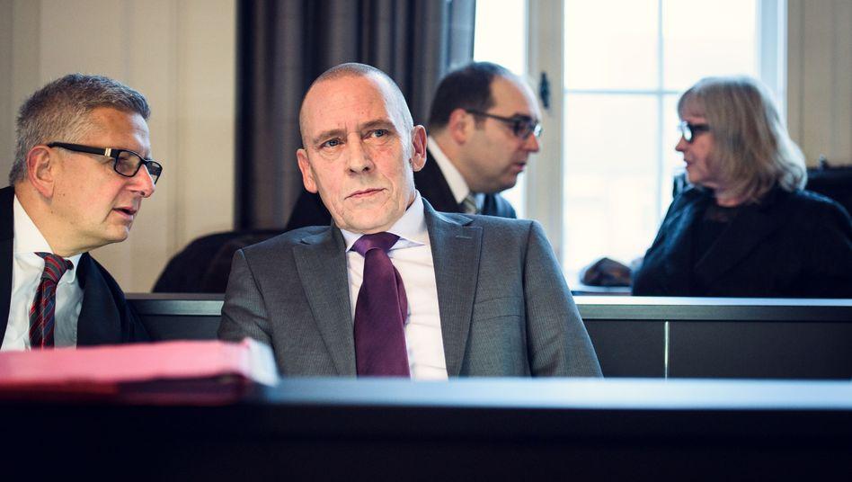 Angeklagte Hahndorf (2. v. l.), Wilkening (r.), Verteidiger im Schweriner Landgericht