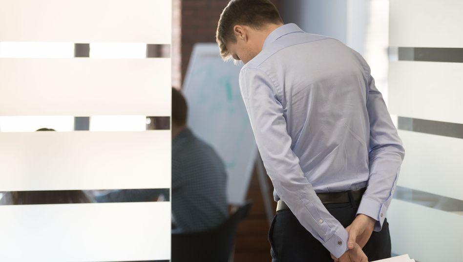 Angestellter vor Konferenzraum (Symbolbild)